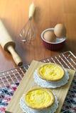 Tarts αυγών στην ψύξη του ραφιού Ξύλινη ανασκόπηση Πορτογαλικά Tarts αυγών, είναι ένα είδος κρέμας ξινό Στοκ εικόνες με δικαίωμα ελεύθερης χρήσης