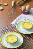 Tarts αυγών στην ψύξη του ραφιού Ξύλινη ανασκόπηση Πορτογαλικά Tarts αυγών, είναι ένα είδος κρέμας ξινό Στοκ εικόνα με δικαίωμα ελεύθερης χρήσης