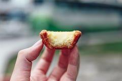 Tarts αυγών Bited υπό εξέταση στην Κουάλα Lumnpur, Μαλαισία Στοκ Εικόνες