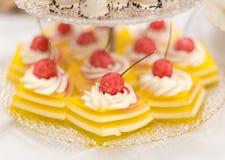Tarts ζελέ λεμονιών με την κτυπημένη καραμέλα κρέμας και σμέουρων στοκ εικόνα