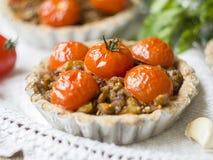 Tarts με τις φακές και τις ντομάτες κερασιών στοκ φωτογραφίες