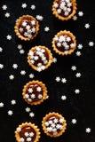 Tarts σοκολάτας Χριστουγέννων που ψεκάζονται με snowflakes ζάχαρης Στοκ φωτογραφία με δικαίωμα ελεύθερης χρήσης