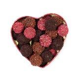 Tartufi di cioccolato in casella a forma di del cuore Fotografie Stock Libere da Diritti