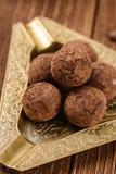 Tartufi di cioccolato con cacao in polvere Immagini Stock