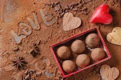 Tartufi di cioccolato con i cuori del ` s del biglietto di S. Valentino Fotografia Stock