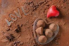 Tartufi di cioccolato con i cuori del ` s del biglietto di S. Valentino Fotografia Stock Libera da Diritti