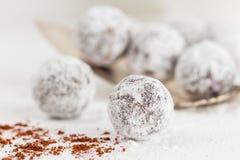 Tartufi di cioccolato del primo piano con la polvere dello zucchero Fotografia Stock Libera da Diritti