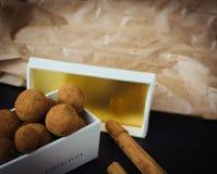 Tartufi di cioccolato della cannella in un contenitore di regalo immagine stock libera da diritti