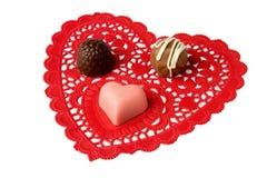 Tartufi e caramella del cuore sul doily rosso del merletto Immagini Stock Libere da Diritti