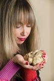 Tartufo bianco nelle mani di una donna che lo esamina Fotografia Stock