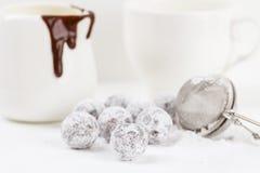 Tartufo di cioccolato con la polvere dello zucchero Fotografie Stock Libere da Diritti