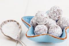 Tartufo di cioccolato con la polvere dello zucchero su bianco Fotografia Stock Libera da Diritti
