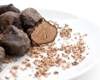 Tartufo di cioccolato con la rasatura sul bianco Fotografia Stock