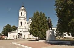 Tarusa Str. Peter und Paul und eine Statue von Lenin Stockfotos