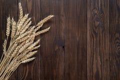 Tarwe op een houten achtergrond stock afbeeldingen