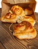 Tarwebroodjes, broodjes met kaneel, kwark voor ontbijt, l royalty-vrije stock afbeelding