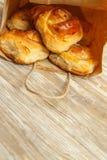 Tarwebroodjes, broodjes met kaneel voor ontbijt, middagmaal in p royalty-vrije stock foto