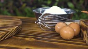 Tarwemeel en eieren voor deeg op houten lijst Verse groenten voor deegwarenvoorbereiding Ingrediënt voor pizzavoorbereiding stock videobeelden