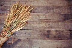 Tarweoren op rustieke houten achtergrond Tarweoren op rustieke houten achtergrond Achtergrond van rijpende oren van tarwegebied Stock Fotografie