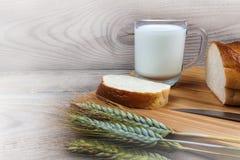 Tarweoren van melk wit brood op een houten achtergrond royalty-vrije stock afbeelding