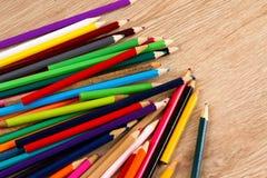 Tas coloré des stylos sur la table en bois images stock