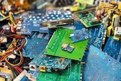 tas d'E-déchets des pièces jetées d'ordinateur portable images libres de droits