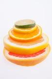 Tas d'haut étroit d'agrumes colorés de tranches Images libres de droits