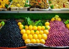 Tas d'olive et de citron sur le marché marocain Photographie stock
