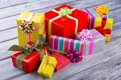 Tas de boîte-cadeau sur la table en bois Image stock