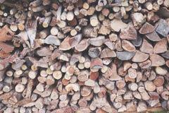 Tas de bois étroitement emballé - un bon nombre de rondins photos stock