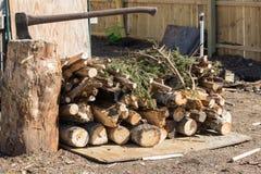 Tas de bois avec la hache dans le tronçon d'arbre Photos libres de droits