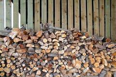 Tas de bois de magasin de rondin avec du bois coupé du feu Image libre de droits