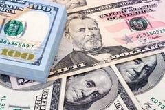 Tas de cent billets de banque des dollars américains Photos stock