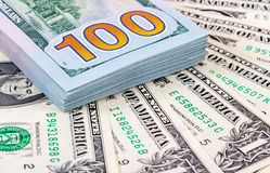 Tas de cent billets de banque des dollars américains Photographie stock libre de droits