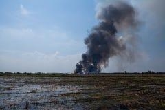 Tas de déchets brûlant de fumée Photos stock