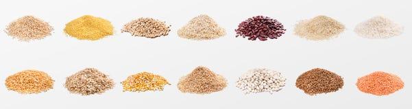 Tas de divers grains et céréales sur le fond blanc image libre de droits