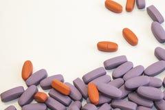 Tas de diverses pilules sur le fond blanc images libres de droits