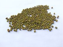 Tas de fèves de mung sur le fond blanc Image libre de droits
