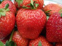 Tas de fruit mûr frais de fraise avec le sépale vert image libre de droits
