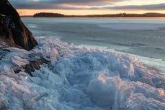 Tas de glace criquée à un lac congelé Photographie stock