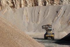Tas de l'agrégat en pierre pour la construction de routes Image stock