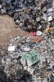 Tas de matériel assorti dans une installation de réutilisation Photo stock