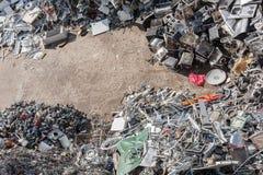 Tas de matériel assorti dans une installation de réutilisation Images stock
