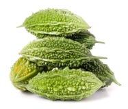 Tas de melon ou de momordica amer avec des feuilles d'isolement sur le fond blanc Photo stock