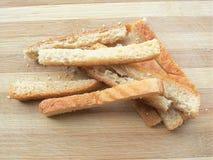 Tas de morceau de pain de blé sur le fond en bois Photo libre de droits