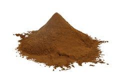 Tas de poudre de cacao sur un fond blanc photographie stock