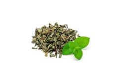 Tas de thé en bon état de fines herbes sec et de menthe poivrée fraîche sur le fond, d'isolement Photo libre de droits
