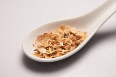 Tas de tisane médicale sèche dans la cuillère en céramique blanche Photographie stock