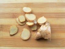 Tas de tranche de gingembre sur le fond en bois Photos libres de droits