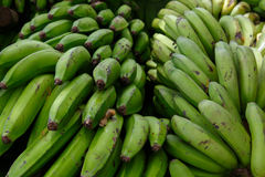 Tas des bananes vertes d'un marché photo libre de droits